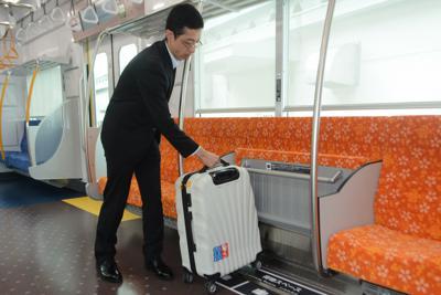 8人掛けの中央2席は折り畳み式で、スーツケース置き場になる=千葉県酒々井町で2019年10月10日午前11時、中村宰和撮影