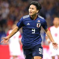 【日本-モンゴル】前半、ゴールを決めて喜ぶ南野=埼玉スタジアムで2019年10月10日、宮武祐希撮影