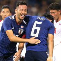 【日本-モンゴル】前半、吉田(左)がゴールを決めて喜ぶ=埼玉スタジアムで2019年10月10日、宮武祐希撮影