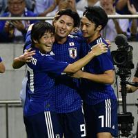 【日本-モンゴル】前半、先制ゴールを決めて喜ぶ南野(中央)=埼玉スタジアムで2019年10月10日、藤井達也撮影