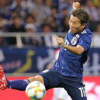 【日本-モンゴル】前半、ゴール前のボールに飛び込む永井=埼玉スタジアムで2019年10月10日、宮武祐希撮影