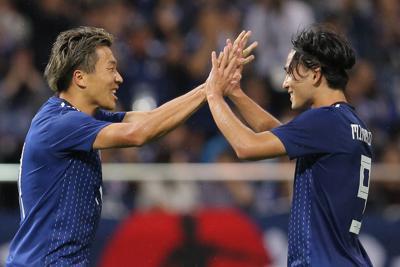 【日本-モンゴル】前半、ゴールを決めて喜ぶ永井(左)と南野=埼玉スタジアムで2019年10月10日、宮武祐希撮影