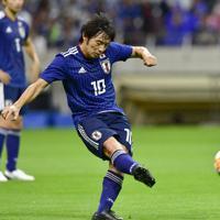 【日本-モンゴル】前半、FKからゴールを狙う中島=埼玉スタジアムで2019年10月10日、藤井達也撮影