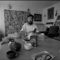 円明園画家村の「村長」と呼ばれた伊靈氏=円明園画家村で1992年、徐志偉氏提供