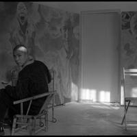 アトリエで画を描く方力鈞氏=円明園画家村で1993年、徐志偉氏提供