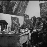 春節大みそかのテレビ番組を一緒に見る画家仲間たち=円明園画家村で1993年、徐志偉氏提供