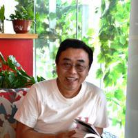 写真展の作品を解説する徐志偉氏=北京・宋荘画家村で、浦松丈二撮影