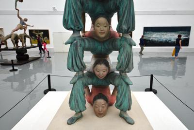 第11回宋荘文化芸術祭の会場の一つ、宋荘美術館2階の展示=北京・宋荘画家村で、浦松丈二撮影