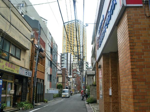 情緒あふれる下町に高価な新築マンションが点在する日暮里。駅前には3棟のタワーマンションがそびえる
