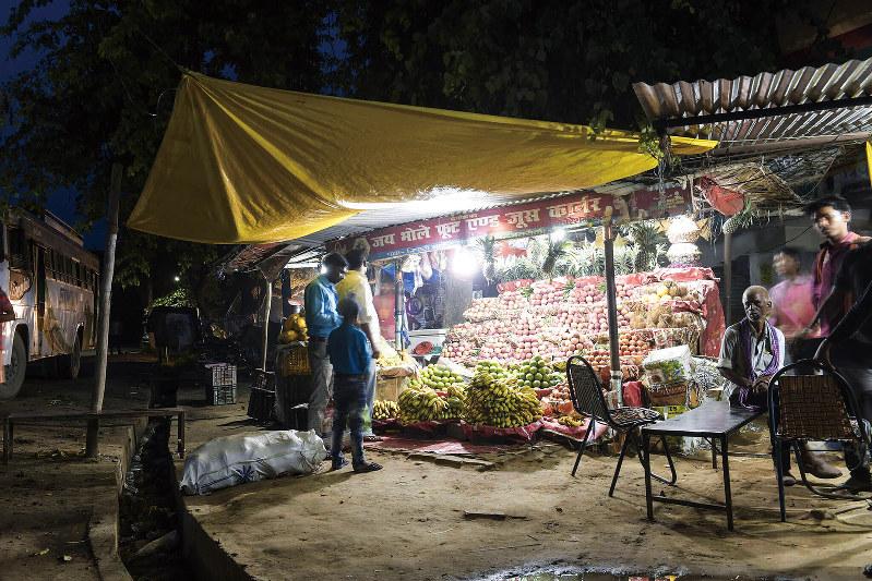 三井物産のインドでの分散電源ビジネスによって、集落に電気が通った(同社提供)