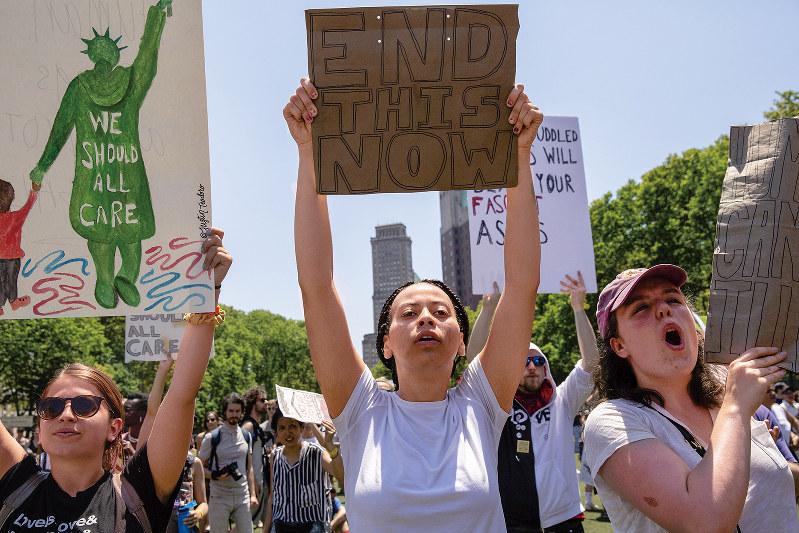 移民家族を分離するトランプ政権の方針には多くの米国民が反発(2018年6月)(Bloomberg)