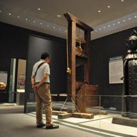 日本での展示はここだけという鉄の処女(右)など、拷問・刑罰具の数々に息をのむ