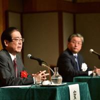 「毎日フォーラム」のシンポジウムにパネリストとして出席した経済産業省の安藤久佳事務次官(左)=山田茂雄撮影