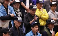 Fish brokers make signs with their hands to show their bids during an auction at the Toyosu market in Tokyo's Koto Ward, on Oct. 11, 2019. (Mainichi/Shinnosuke Kyan)