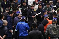 Fish dealers gather for a tuna auction at the Toyosu market in Tokyo's Koto Ward in the early morning of Oct. 11, 2019, the one year anniversary of its opening (Mainichi/Shinnosuke Kyan)