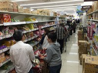 People are seen forming a long line to pay for necessities in preparation for upcoming powerful Typhoon Hagibis, at a supermarket in Yokohama's Kanagawa Ward, south of Tokyo, on Oct. 11, 2019. (Mainichi/Hiroshi Maruyama)