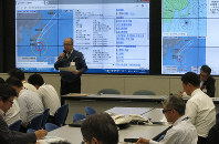 An employee of the Mito Meteorological Office talks to officials in charge of crisis management at the Ibaraki Prefectural Government about powerful Typhoon Hagibis on Oct. 11, 2019. (Mainichi/Shinpei Torii)