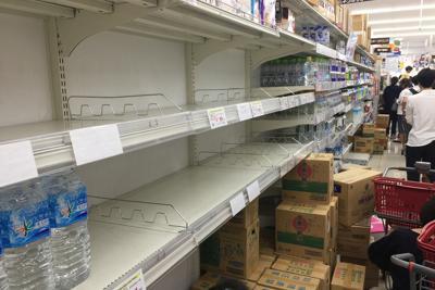 台風19号に備えて大勢の人が買い出しに来て、開店直後から品切れになったミネラルウォーターの棚=横浜市神奈川区で2019年10月11日午前9時20分、丸山博撮影