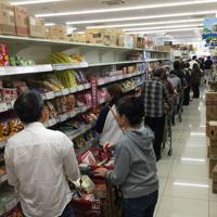 台風19号に備えてスーパーに買い出しに来た人たち。レジ待ちの行列は数十メートルになった=横浜市神奈川区で2019年10月11日午前9時50分、丸山博撮影