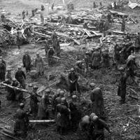 伊豆地方の惨状。救助に出動した自衛隊=1958年9月