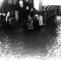水びたしの上野駅の地下道=1958年9月