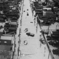 狩野川台風の影響で立往生する自動車=東京都亀戸で、1958年9月27日