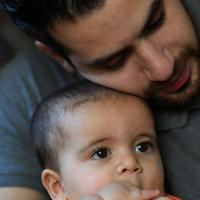 長男アダムちゃんを抱きしめるバラさん。「いつかシリアの家族に子供を会わせたい」=川崎市で2019年8月10日、久保玲撮影