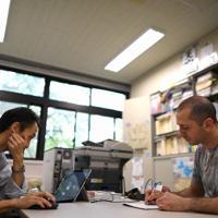 研究科の教授から論文の指導を受けるアーメルさん(右)=兵庫県西宮市の関西学院大で2019年7月11日、久保玲撮影