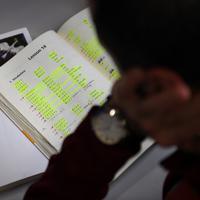 大学の自習室で日本語を勉強するアーメルさん。テキストのほぼ全ての箇所にペンで線が引かれていた=兵庫県西宮市の関西学院大で2018年3月5日、久保玲撮影