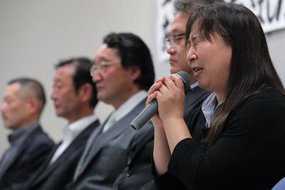 最高裁の上告棄却決定を受け、記者会見で思いを語る大川小児童の遺族=仙台市で2019年10月11日午後4時22分、和田大典撮影