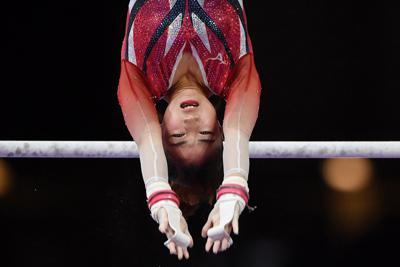 女子個人総合決勝で段違い平行棒の演技をする寺本明日香=ドイツ・シュツットガルトで2019年10月10日、宮間俊樹撮影