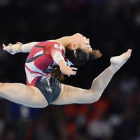 女子個人総合決勝で床運動の演技をする寺本明日香=ドイツ・シュツットガルトで2019年10月10日、宮間俊樹撮影