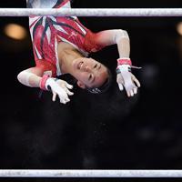 女子個人総合決勝で段違い平行棒の演技をする畠田瞳=ドイツ・シュツットガルトで2019年10月10日、宮間俊樹撮影