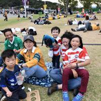 【オーストラリア-ジョージア】開場を前に芝生の上で笑顔を見せるファンたち=静岡スタジアムで2019年10月11日、竹内紀臣撮影
