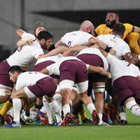 【オーストラリア-ジョージア】前半、スクラムで押し合うジョジーアとオーストラリアの選手たち=静岡スタジアムで2019年10月11日、竹内紀臣撮影