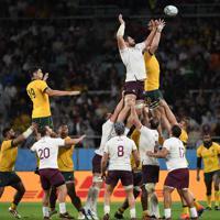 【オーストラリア-ジョージア】後半、ラインアウトからのボールを競り合うオーストラリアとジョジーアの選手たち=静岡スタジアムで2019年10月11日、竹内紀臣撮影