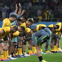 【オーストラリア-ジョージア】試合終了後、観客席にお礼をして感謝を示すオーストラリアの選手たち=静岡スタジアムで2019年10月11日、竹内紀臣撮影