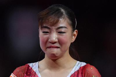 女子個人総合決勝で段違い平行棒の演技を終えて感極まる寺本明日香=ドイツ・シュツットガルトで2019年10月10日、宮間俊樹撮影