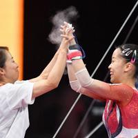 女子個人総合決勝で段違い平行棒の演技を終えて笑顔の畠田瞳(右)=ドイツ・シュツットガルトで2019年10月10日、宮間俊樹撮影