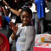 女子個人総合決勝で優勝を決めて笑顔の米国のシモーン・バイルス=ドイツ・シュツットガルトで2019年10月10日、宮間俊樹撮影