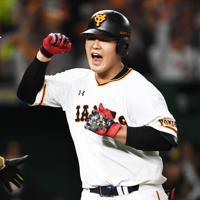 【巨人-阪神】五回裏巨人無死一塁、同点となる2点本塁打を放ち喜ぶ岡本(右)=東京ドームで2019年10月11日、滝川大貴撮影