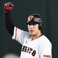 【巨人-阪神】三回裏巨人1死満塁、逆転の2点二塁打を放ちガッツポーズする岡本=東京ドームで2019年10月11日、滝川大貴撮影