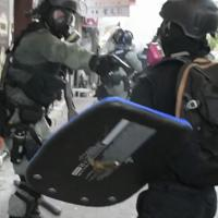 少年の左胸を至近距離から銃撃する機動隊員=「城市放送局」の映像を撮影