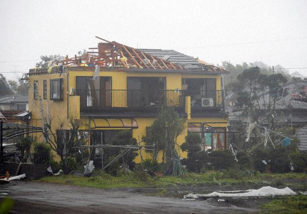竜巻とみられる強風で屋根などが壊れた住宅=千葉県市原市で2019年10月12日午前11時46分、手塚耕一郎撮影