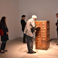 「驚異の小箱」(ジャネット・カーディフ、ジョージ・ピュレス・ミラー、2017年)は、引き出しを開けるとさまざまな音が鳴り出す=金沢市広坂1の金沢21世紀美術館で、日向梓撮影