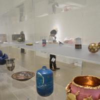 「KOGEI」の展示室には、石川の陶芸家や金沢美術工芸大卒の作家らによる作品が並ぶ=金沢市広坂1の金沢21世紀美術館で、日向梓撮影