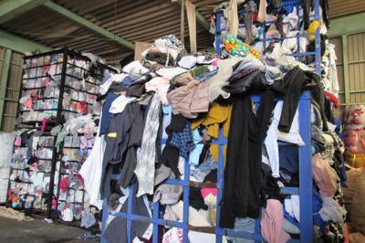 各地から集まった大量の古着は、籠1つ分で1トンほどになるという=神奈川県秦野市で2019年9月27日午後1時47分、夫彰子撮影