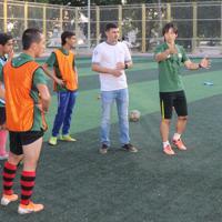 今年8月にタジキスタンの首都ドゥシャンベでU18(18歳以下)の選手たちを指導する柴村さん(右)=柴村さん提供