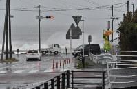 High waves are seen from a road along Suruga Bay in Shizuoka's Suruga Ward on Oct. 12, 2019. (Mainichi/Kimi Takeuchi)