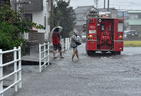 Residents of Suruga Ward, Shizuoka, are seen evacuating their neighborhood, which was flooded due to heavy rain brought by Typhoon Hagibis, on Oct. 12, 2019. (Mainichi/Kimi Takeuchi)
